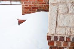 Ziegelsteinwohnheim im Schnee Stockfotos