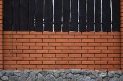 Ziegelsteinzaun mit Steingrundlage Lizenzfreie Stockbilder