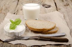 Ziegenkäse, Brot und Milch Stockfotos