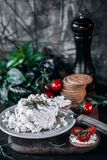 Ziegenkäse mit Kirschtomaten stockbild