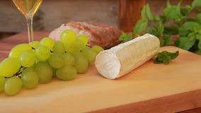 Ziegenkäse mit Weißwein, Trauben und Brot stock video
