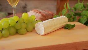 Ziegenkäse mit Weißwein, Trauben und Brot stock video footage