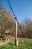 Ziehbrunnen- und Picknicklaube im Wald lizenzfreies stockbild