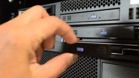 Ziehen des CD- oder DVD-Behälters auf Computer-Server stock video
