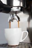 Ziehen eines Espresso-Schusses Lizenzfreie Stockfotos