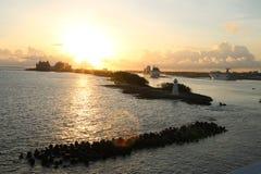 Ziehen in Hafen von Nassau lizenzfreie stockfotos