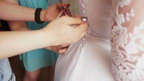 Ziehen Sie das Schnüren auf dem Kleid fest stock video