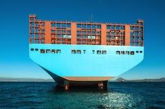 Ziehen Sie eine große Containerschiffstellung auf dem Überfall ein lizenzfreies stockfoto