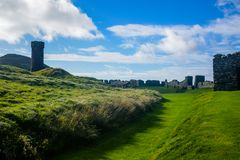 Ziehen Sie Schloss ` s Turm nahe bei St- Patrick` s Kirche an der Schalenstadt in Isle of Man ab Stockbild