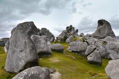 Ziehen Sie sich den Hügel zurück, der für seine riesigen Kalksteinfelsformationen in Neuseeland berühmt ist lizenzfreie stockbilder