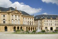 Ziehen Sie sich Gebäude- und Wasserbrunnen in Metz Frankreich zurück Stockfotos