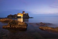 Ziehen Sie sich im Meer in Stadt Le Castella, Kalabrien, Italien zurück Lizenzfreie Stockfotografie