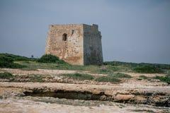 Ziehen Sie sich Küste Italiens adriatisches Meer des Felsenturms blaues apulia zurück Lizenzfreie Stockfotos
