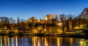 Ziehen Sie sich am Park von valentino in Turin zurück Panorama von Turin an der blauen Stunde stockfotografie