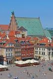 Ziehen Sie sich Quadrat, Warschau, Polen mit Johannes Kathedrale im Hintergrund zurück stockbild