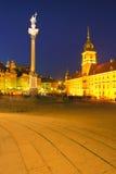 Ziehen Sie sich Quadrat in Warschau, Polen nachts zurück Lizenzfreie Stockbilder