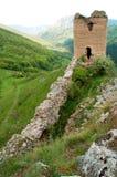 Ziehen Sie sich Ruine auf die Hügeloberseite, altes Fort im Wald zurück Lizenzfreies Stockfoto