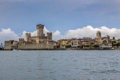 Ziehen Sie sich Scaliger Rocca Scaligera, 13. Jahrhundert in Sirmione zurück, gesehen vom See Garda, Nord-Italien lizenzfreie stockfotos