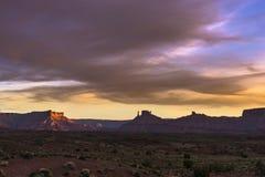 Ziehen Sie sich Tal bei Sonnenuntergang, Weg 128 Moabs Utah zurück Lizenzfreie Stockfotos
