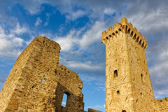 Ziehen Sie sich Turm von Castelnuovo Magra in Lunigiana Ligurien, Italien zurück Lizenzfreie Stockfotografie