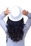 Ziehen Sie sich von der Frau mit dem lockigen Haar und Hut zurück Stockbilder