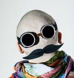 Ziehen Sie sich von einem rasierten Kopf zurück, der als Gesicht gekleidet wird Lizenzfreies Stockbild