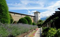 Ziehen Sie sich Wand zurück und ragen Sie in Trento, Italien hoch lizenzfreies stockbild