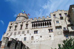 Ziehen Sie sich Wand zurück und ragen Sie in Trento, Italien hoch stockbilder