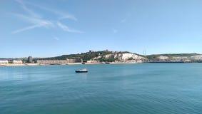 Ziehen Sie sich, weiße Klippen und Strand von Dover zurück stockfoto