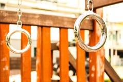 Ziehen Sie Stangenspielplatz auf Yard im Park hoch lizenzfreie stockfotografie