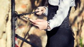 Ziehende Ketten der Frau mit ihren Händen Stockfotografie