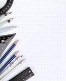 Ziehwerkzeuge auf weißem Notizbuch bedecken im Kasten Stockfotos
