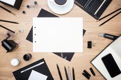 Ziehwerkzeuge, Briefpapier und Telefon Stockfotografie
