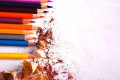 Ziehwerkzeuge, Los bunte Bleistifte gestalten Hintergrund Lizenzfreie Stockfotos