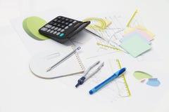 Ziehwerkzeuge mit Kompass und Taschenrechner Stockfoto