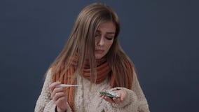 Ziek die meisje in een warme sjaal wordt verpakt die aan neus en hoofdpijn lijden stock footage