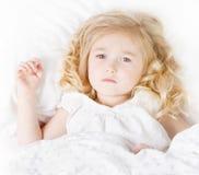 Ziek of droevig kind in bed Stock Fotografie