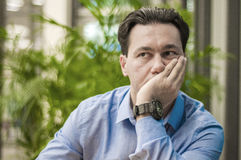 Ziek en vermoeid het voelen Gefrustreerde jonge mens die ogen gesloten houden Royalty-vrije Stock Foto
