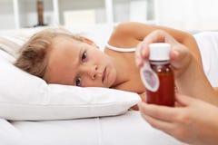 Ziek meisje dat op medicijn wacht Royalty-vrije Stock Foto's