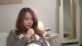 Ziek meisje die in bed liggen Jonge vrouw die slecht in slaapkamer voelen Zieke Vrouw stock video