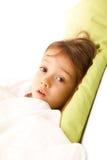 Ziek meisje in haar bed Royalty-vrije Stock Afbeeldingen
