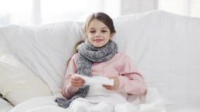 Ziek meisje met papieren zakdoekje stock footage