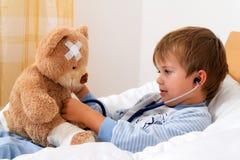 Ziek onderzocht kind Stock Afbeeldingen