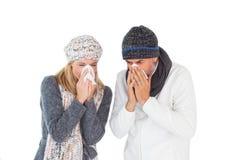 Ziek paar in de wintermanier het niezen Stock Foto
