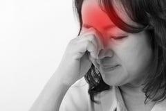 Zieke, beklemtoonde vrouw die aan hoofdpijn, spanning lijden Royalty-vrije Stock Foto