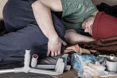 Zieke dakloze mens die op de straat liggen royalty-vrije stock fotografie