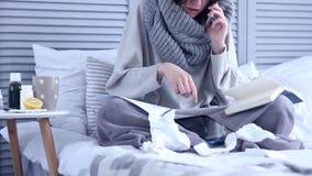 Zieke freelancervrouw die met griep van huis werken stock footage