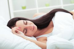 Zieke jonge vrouw die in het bed thuis rusten Royalty-vrije Stock Foto