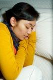 Zieke jonge vrouwenslaap op bed Stock Fotografie