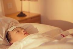 Zieke jongen in bed Stock Afbeelding